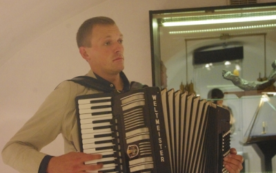 Music of French composers played byKaliningrad accordionist AlexeyZgama
