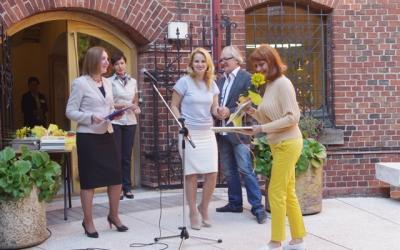"Galina Syromyatnikova isawarded withjury diploma ""For thehumorous replica tothetheme ""Paris-Kaliningrad"""