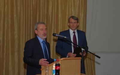 Spokesman oftheState Hermitage EvgeniyFyodorov atthemicrophone
