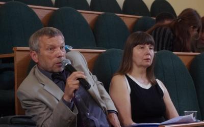 Episode of discussion aboutpreservation ofamber inthenatural environment. Professor ViktorNesterovskiy withthemicrophone