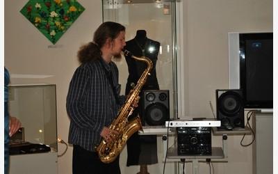 Соло на саксофоне исполняет Александр Тюкаев, преподаватель детской музыкальной школы им. Глиэра