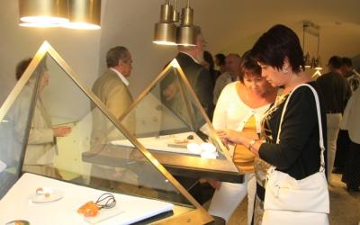 Гости осматривают конкурсную выставку «AquaTerra»