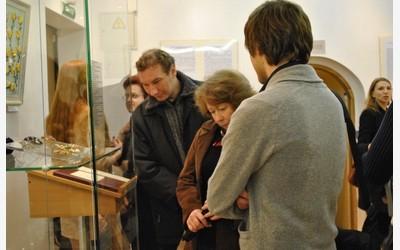 Гости осматривают выставку