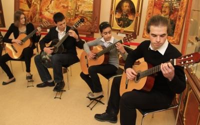 Ансамбль гитаристов ДМШ им. Д. Шостаковичаисполнил музыкальную увертюру к выставке