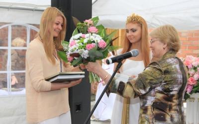 Гран-при для победительницы конкурса     Метте Соабю получает Дарья Суворова,     специалист отдела организации выставок     Калининградского музея янтаря, куратор     датских художников на международном     конкурсе