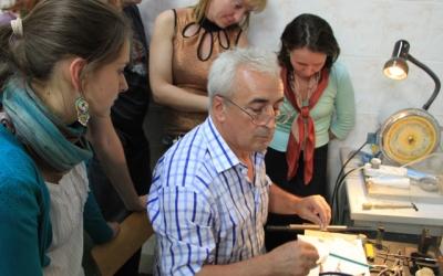 Курбанали Магомедович Магомедов проводит     мастер-класс «Кольцо с камнем»
