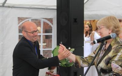 Куратор от Италии Конрад Лаймер     получает дипломы и призы для     итальянских художников от Татьяны Суворовой,     директора Калининградского музея янтаря