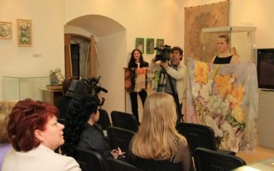 Демонстрация 8 лота: платок «Лилии и флоксы», не продан