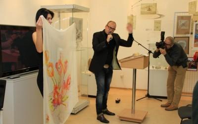 Модельный показ 6 лота: платок «Тюльпаны»,     продан за 16500 руб
