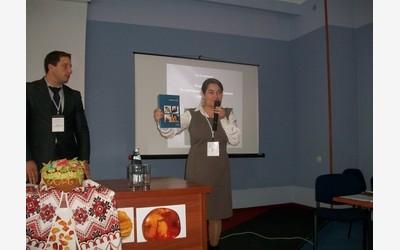 Зоя Костяшова передает в дар Музею янтаря г. Ровно издания Калининградского музея янтаря