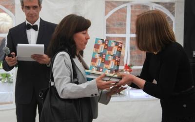 Председатель жюри Ирина Торопова     вручает диплом за 2-е место в номинации     «Мастерство» калининградской художнице     Жанне Лопаткиной