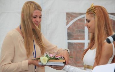Благодарственное письмо получает     Дарья Суворова, специалист отдела организации     выставок Калининградского музея янтаря,     куратор датских художников на     международном конкурсе