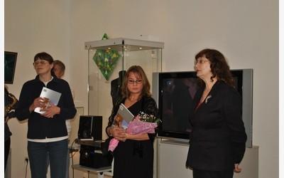 В центре - Галина Готфрид, автор объемных живописных работ, художница из Финляндии
