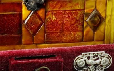 Шкатулка двухъярусная. XVII в. Германия. Подарена в 1978 г. Государственными музеями Московского Кремля. Отреставрирована в 1990 г. Журавлёвым А.А., Ваниным А.П., Ленинград