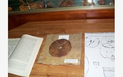 Янтарный амулет, 2-3 вв. до н.э. Краеведческий музей г. Ровно. Обнаружен на территории Ровенской области
