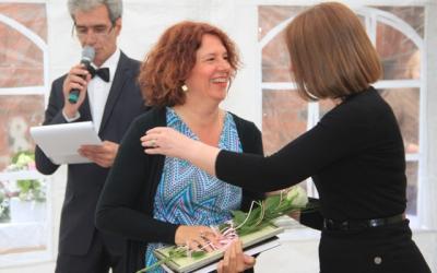 Председатель жюри Ирина Торопова     вручает специальный диплом жюри     художнице из Италии Саре Валир