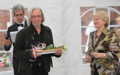 Благодарственное письмо получает Гедемин     Яблонский, художник, специалист в области янтаря,     член жюри международного конкурса