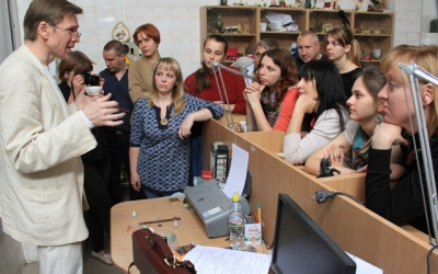 Игорь Левонтьевич Проничев проводит     мастер-класс «Применение эмали в создании     художественных образов и практическое применение     эмалирования в различных сплавах»