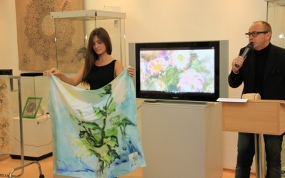 Модельный показ 2 лота: платок «Розовые цветы и     яблоки на голубом», продан за 8000 руб.
