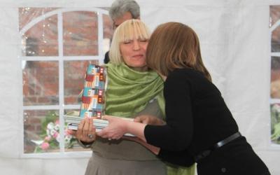 Председатель жюри Ирина Торопова вручает куратору     тольяттинских художников Галине Шароновой     дипломы и призы