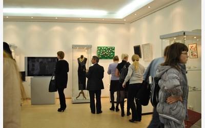 Гости и участники в выставочном зале музея