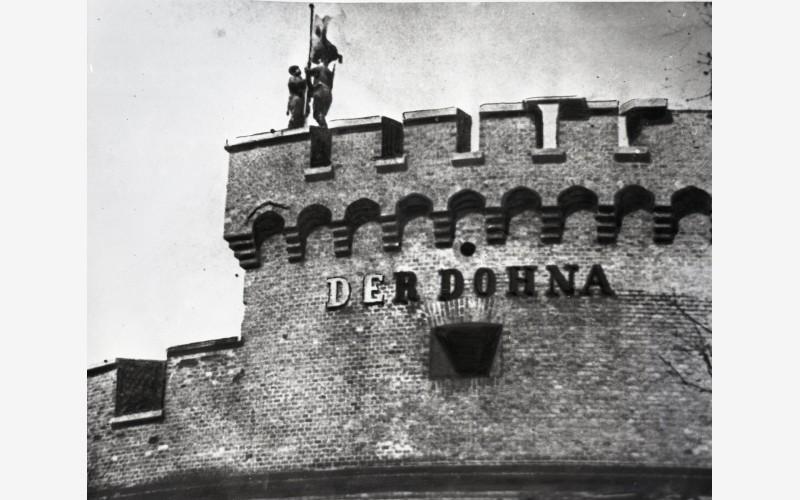 10 апреля 1945 года воины Советской армии водрузили знамя Победы над башней «Дона». 1945 год. Фотография предоставлена Государственным архивом Калининградской области